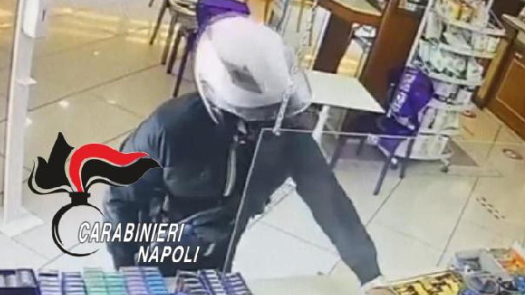 Miano di Napoli, rapina una pasticceria, ma viene acciuffato grazie alla targa dello scooter