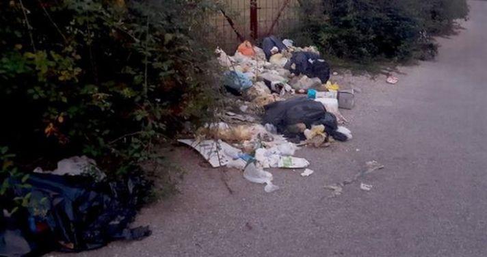 """Napoli, incastrato dalle telecamere mentre """"semina"""" rifiuti per strada"""