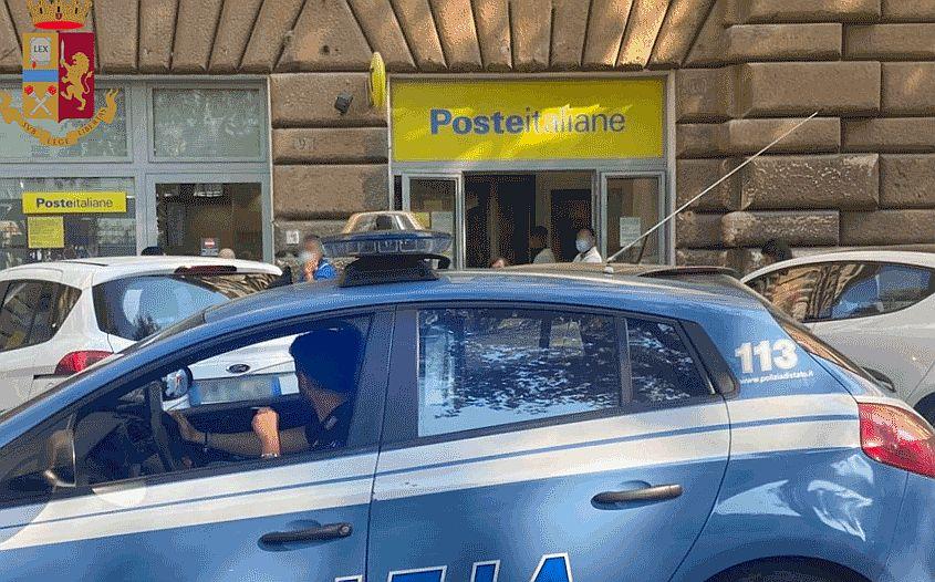 Roma, alle Poste la cassiera gli chiede un documento: extracomunitario si denuda e mostra i genitali
