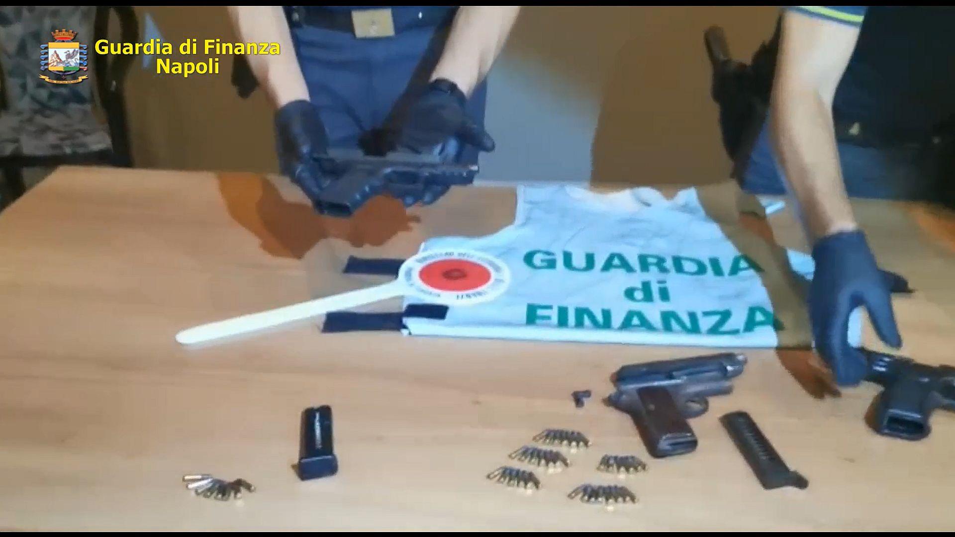 Guardia di Finanza in azione a Ponticelli: scoperte pistole e munizioni, nascoste nell'intercapedine di una porta