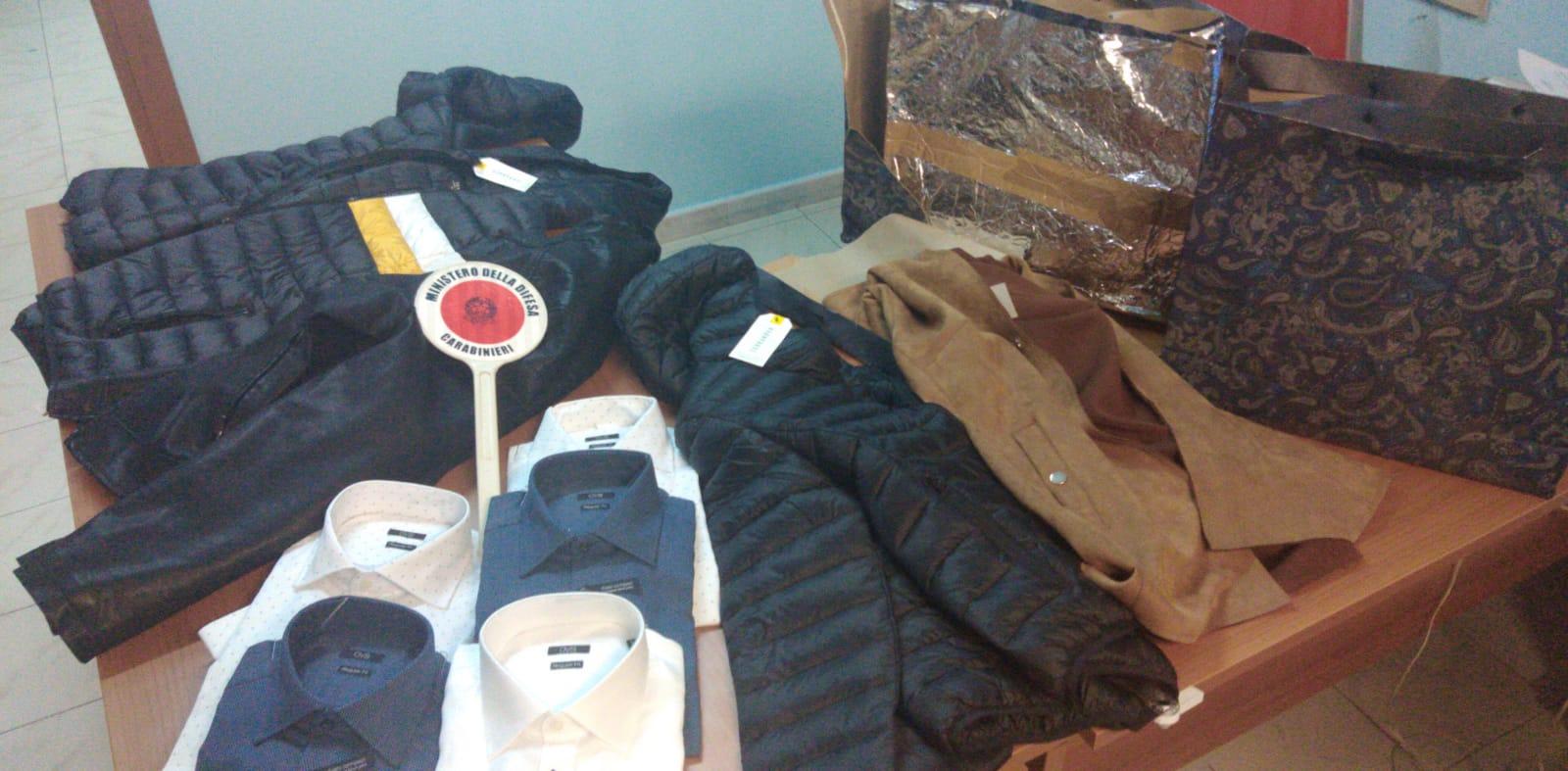 Rubavano capi d'abbigliamento nei centri commerciali:  denunciati due georgiani