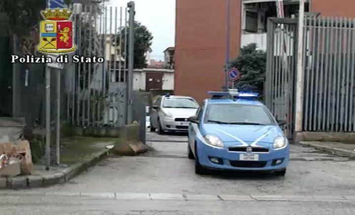 Preso il pregiudicato che rapinò 4 giovani nel centro di Salerno: bastò la minaccia di estrarre la pistola