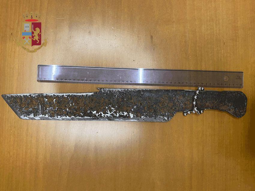 Giovane danneggia 26 vetture con una spada rudimentale: rintracciato grazie alla ricostruzione dei testimoni