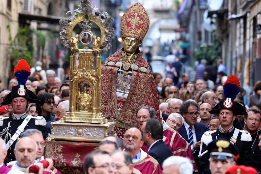 """NAPOLI: NON SI RIPETE IL MIRACOLO DI SAN GENNARO, """"SANGUE E' SOLIDO"""""""