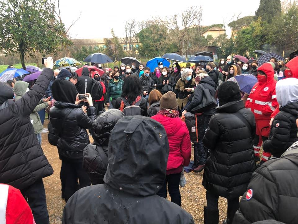VIOLENZA DONNE: FLASH MOB A ROMA, UOMINI CON MASCHERINE ROSSE