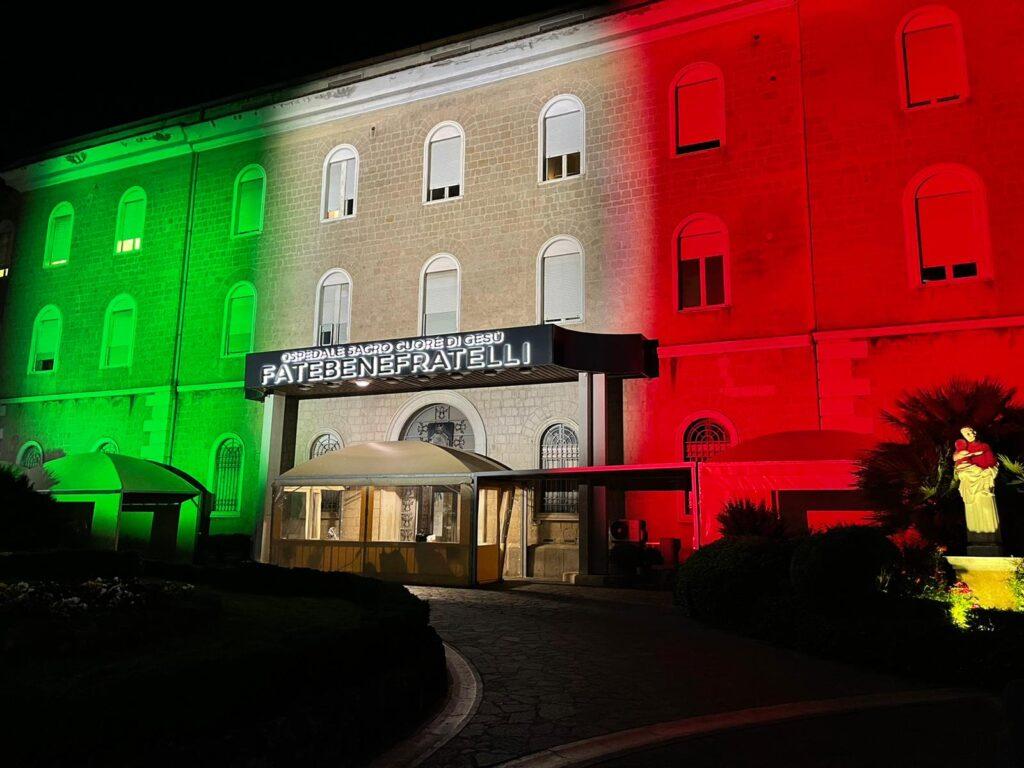 """IL """"FATEBENEFRATELLI"""" DI BENEVENTOSI ILLUMINA CON I COLORI DELLA BANDIERA ITALIANA"""